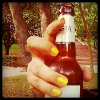Konser öncesi Park Cafe'de hasret kaldığımız  alkollü biraya kavuşuyoruz :) Sarı ojeli parmakların sahibesi Ozcadısı