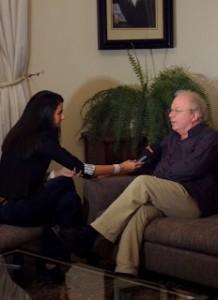 Yönetmen Osman Okkan TRT-Türk'e röportaj verirken
